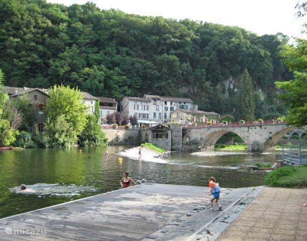 De brug met de zwemplek.
