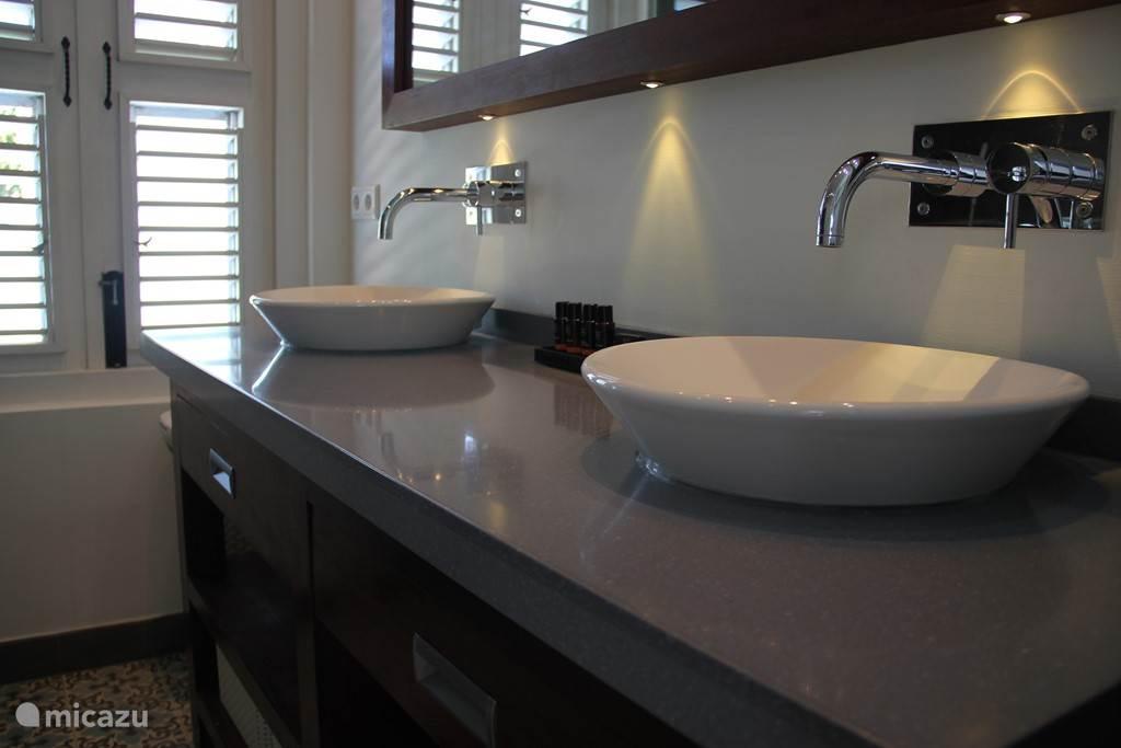 Dubbele wastafel met Rituals shampoo/conditioner/shower gel/body lotion en hand zeepje.