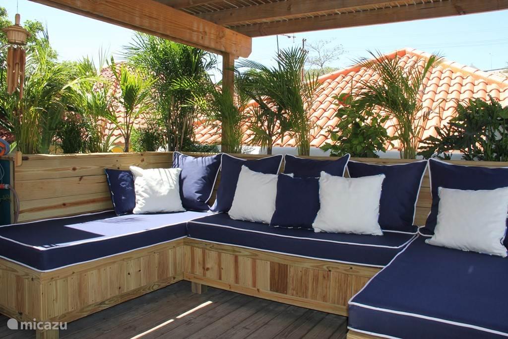 Lounge banken op het gezellige beschutte achter terras. Optimale privacy!