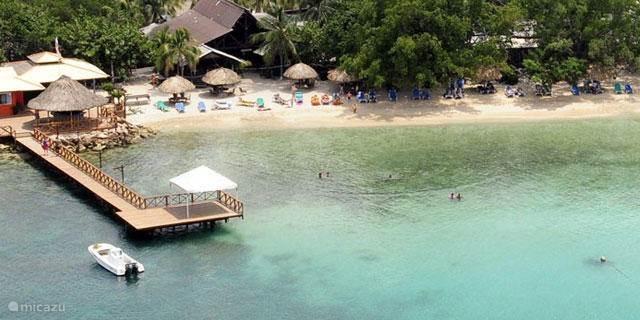 Dichtsbijzijnde strand Pirate Bay met live muziek op zondag, op 10 autominuten.