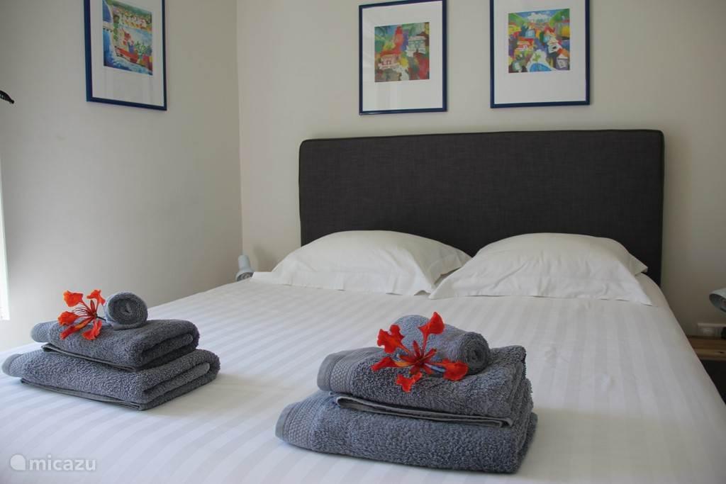 Slaapkamer 1 met heerlijk Boxspring bed 160x200cm.