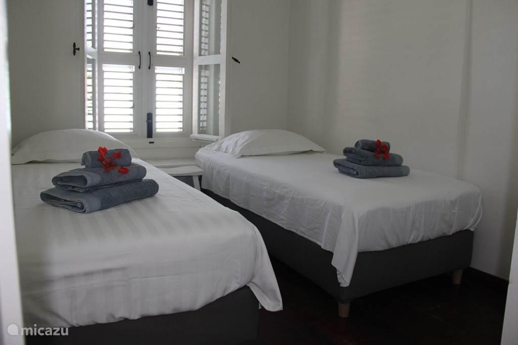 Slaapkamer 2 met twee éénpersoons boxspring bedden. 90x200cm.