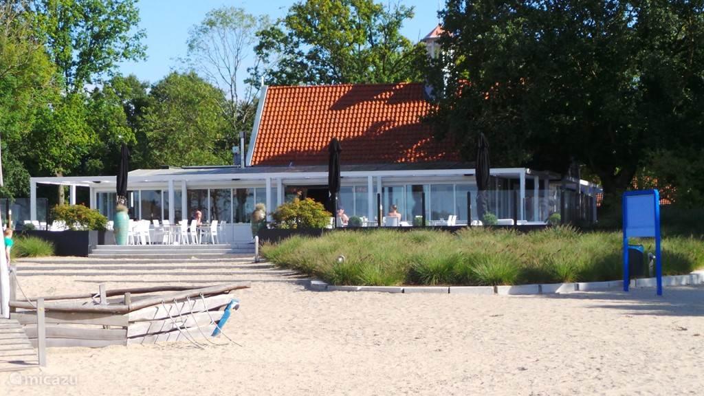 Het restaurant vanaf het strand gezien