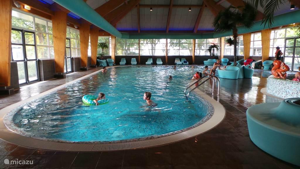 Het overdekte en verwarmde zwembad