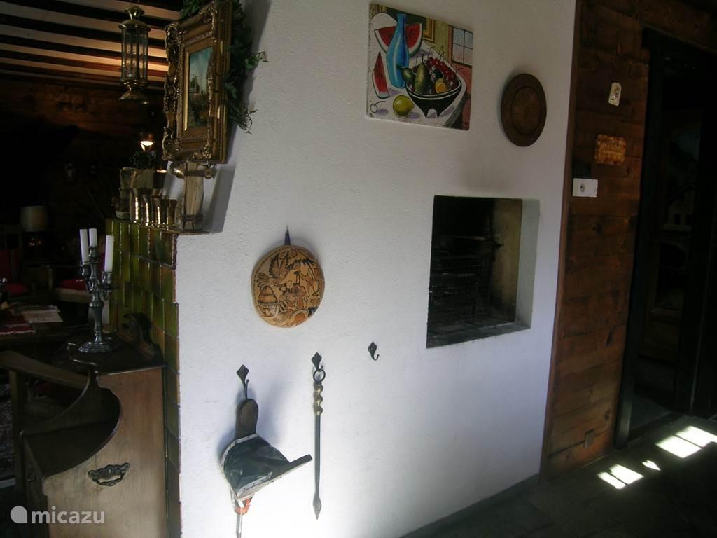 scheidingswand tussen woon en eetkamer met openhaard aan de achterkant en raclette apparaat aan de voorkant