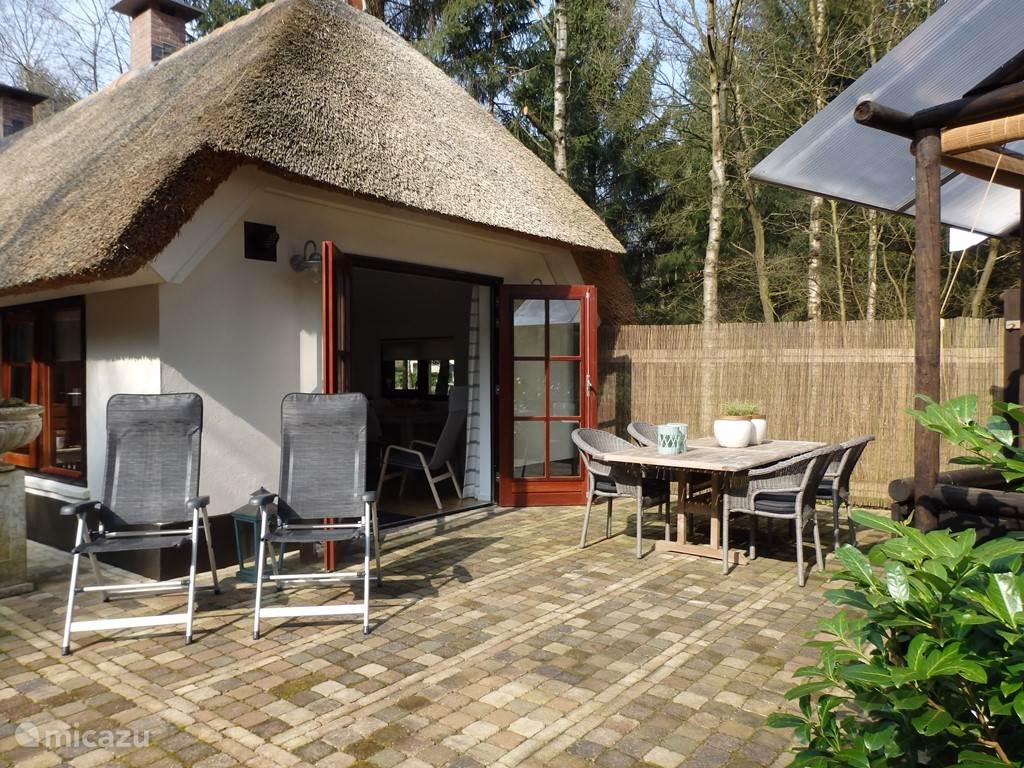 Vanuit de woonkamer komt u via 2 openslaande tuindeuren op het terras met terrastafel, 4 stoelen en  2 tuin stoelen.
