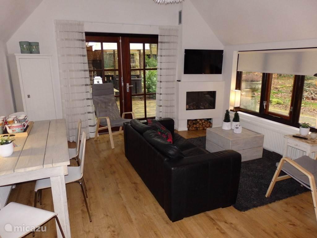 De woonkamer met eethoek, tweezitsbank en 2 losse stoelen. Voorzien van flatscreen en een gezellige sfeervolle gasopenhaard. Alle vloeren, behalve wc en badkamer zijn voorzien van laminaat.