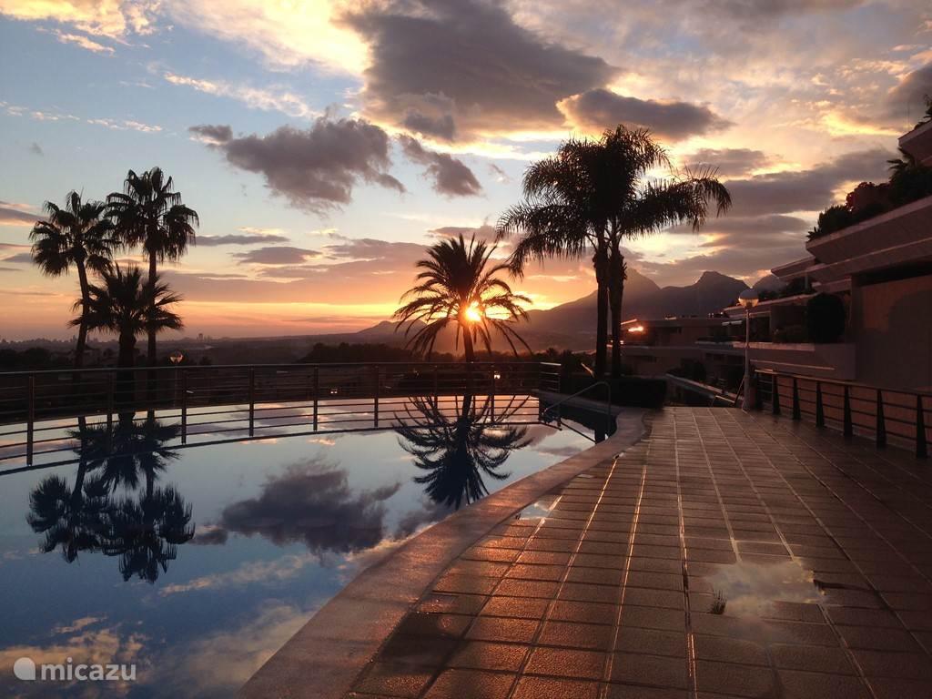 Zwembad bij ondergaande zon.
