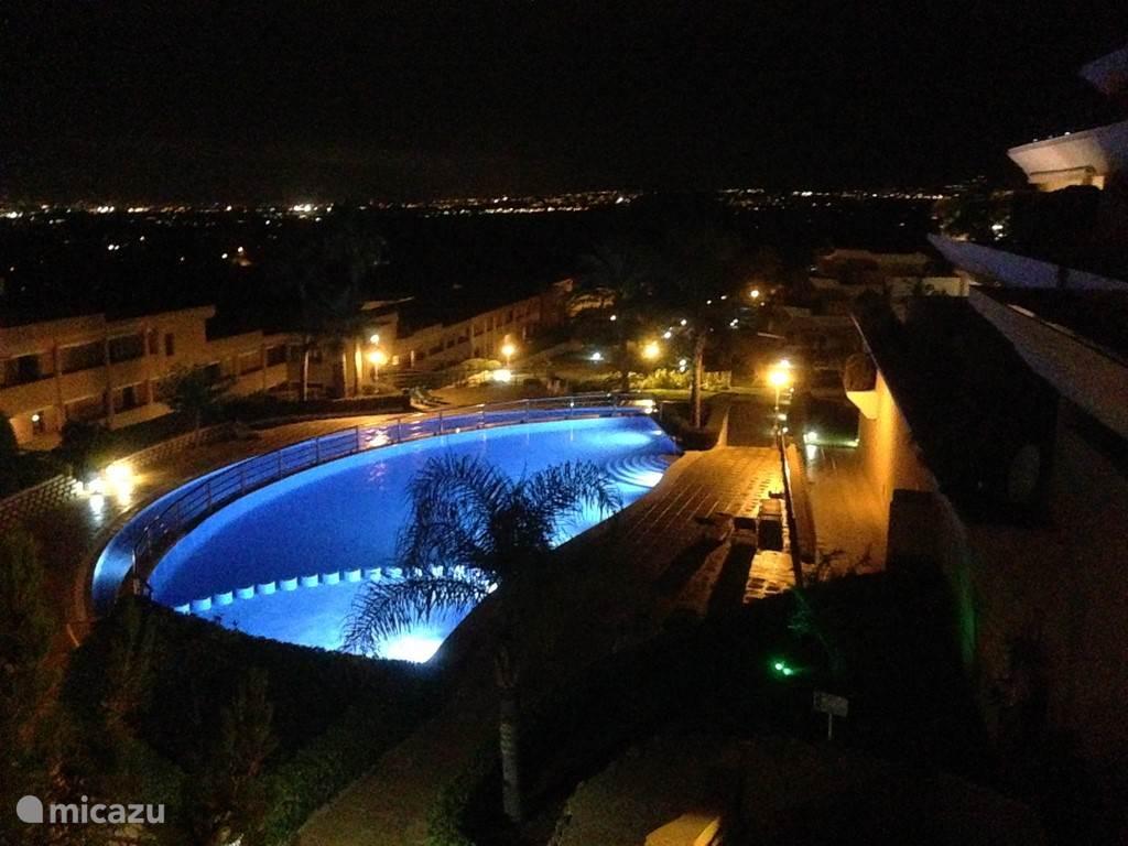 Zwembad in de avond.