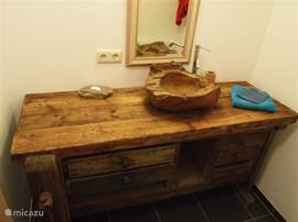 The separate sink with teak basin.