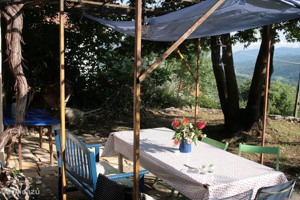 De eettafel buiten in de tuin!