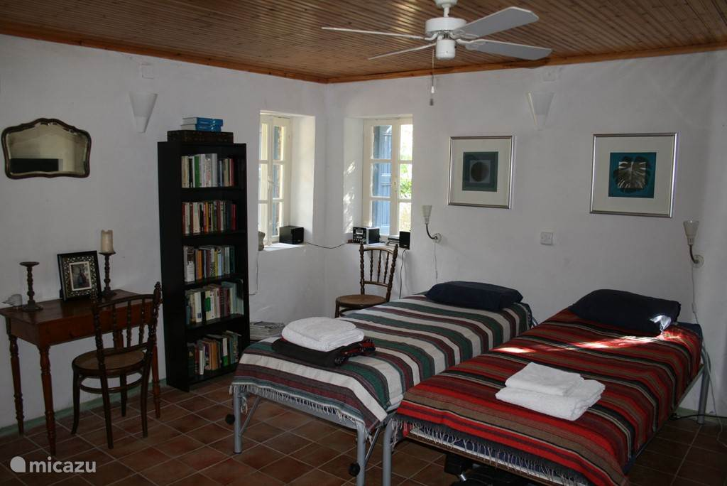 De woon-slaapkamer.