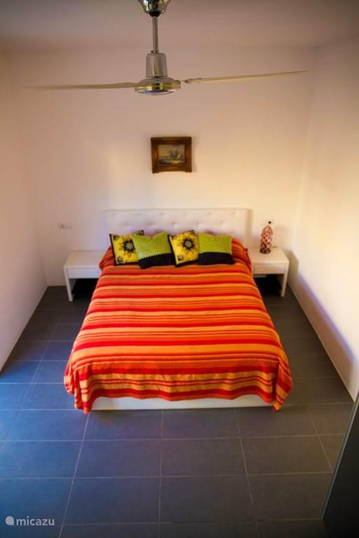 2e slaapkamer met badkamer met douche en toilet