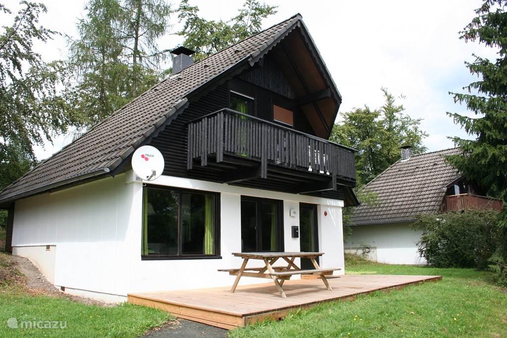 De ligging van het huisje is prachtig. Voor de woning ligt een veranda waarop een picknicktafel is gestald en in de zomer ook een tuinset