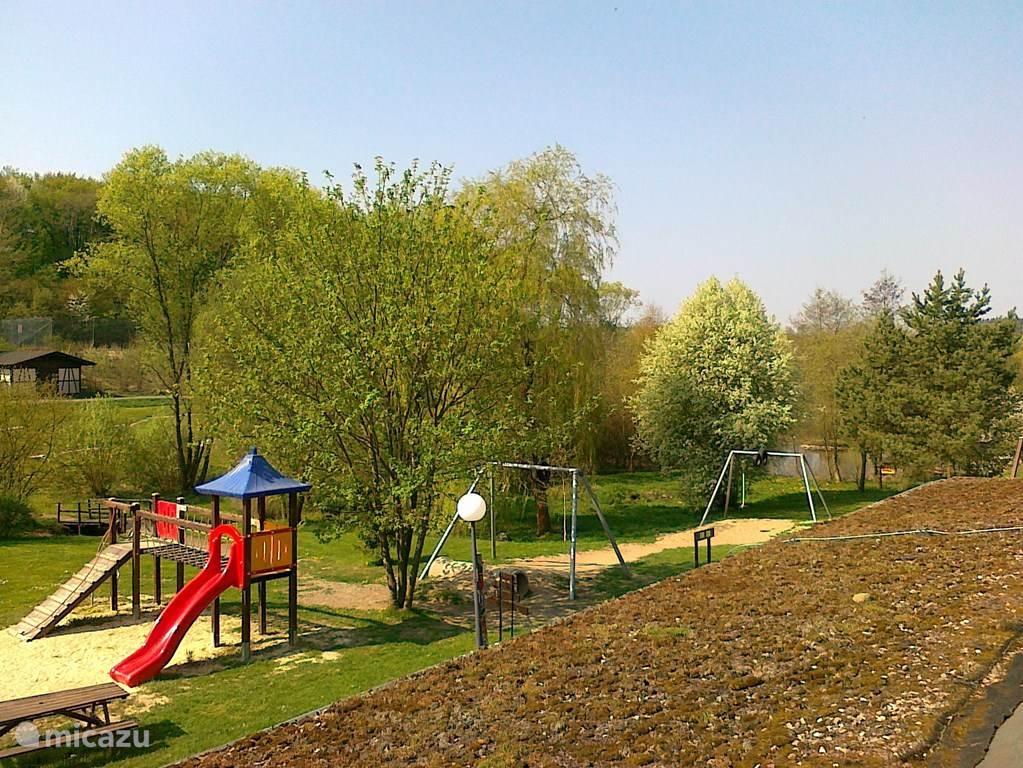 De woning ligt op een vakantiepark waar ook een kleine speeltuin is en een minigolf.