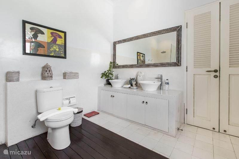 De badkamer bij de masterbedroom