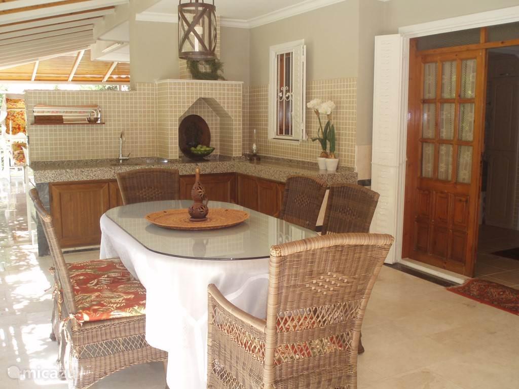Buitenleven…BBQ-en en eten op de koele veranda...