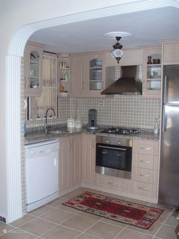 Open keuken voorzien van airconditioning, koel/vriescombi, magnetron, oven, mixer, vaatwasser, koffiemachine, waterkoker…