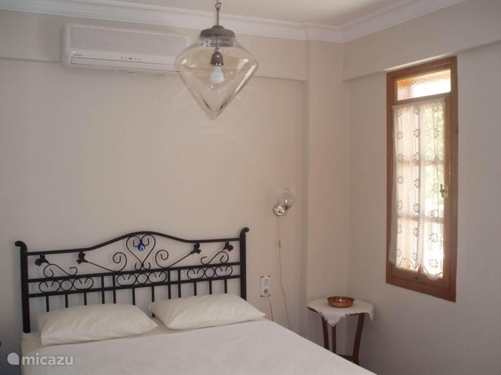 Slaapkamer 2-persoons met airconditioning, beddengoed, handdoeken, inbouwkast, sfeerverlichting, kleden en balkon...