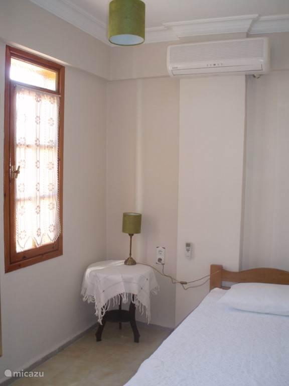 Slaapkamer 1-persoons met airconditioning, beddengoed, handdoeken, sfeerverlichting, kleed en kledingkast...