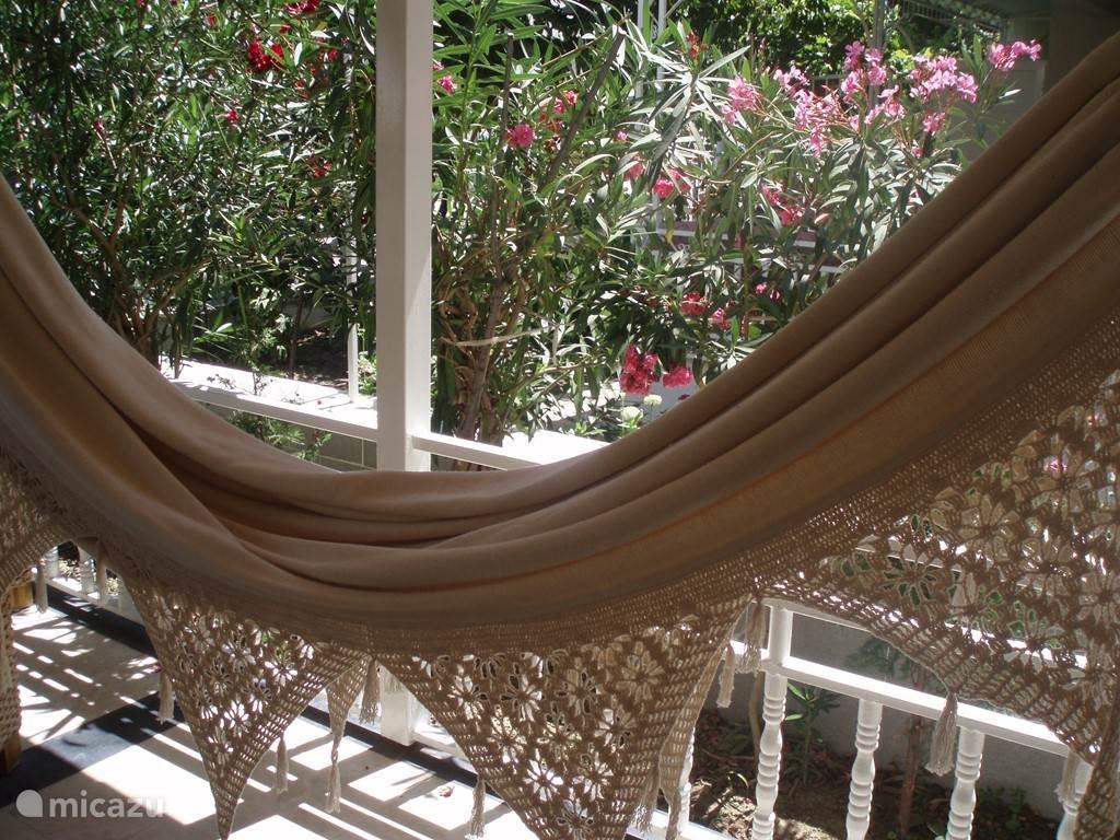 Relaxen in de hangmat tijdens de hete uren van de dag...