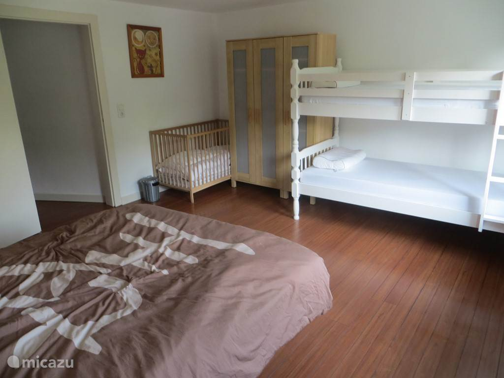Extra stapelbed en kinderbed in masterbedroom