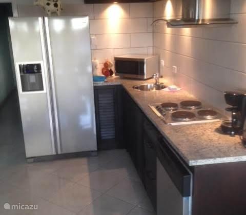 keuken met koelkast en ijsmachine