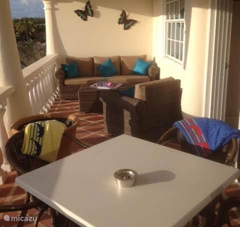 gezellig balkon met lounge set en eettafel