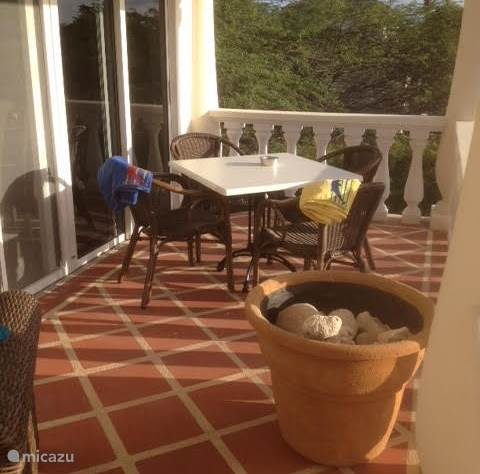balkon met eettafel