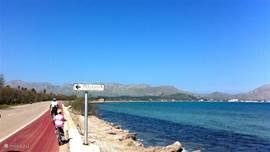 Fietspad langs de baai van Pollensa.