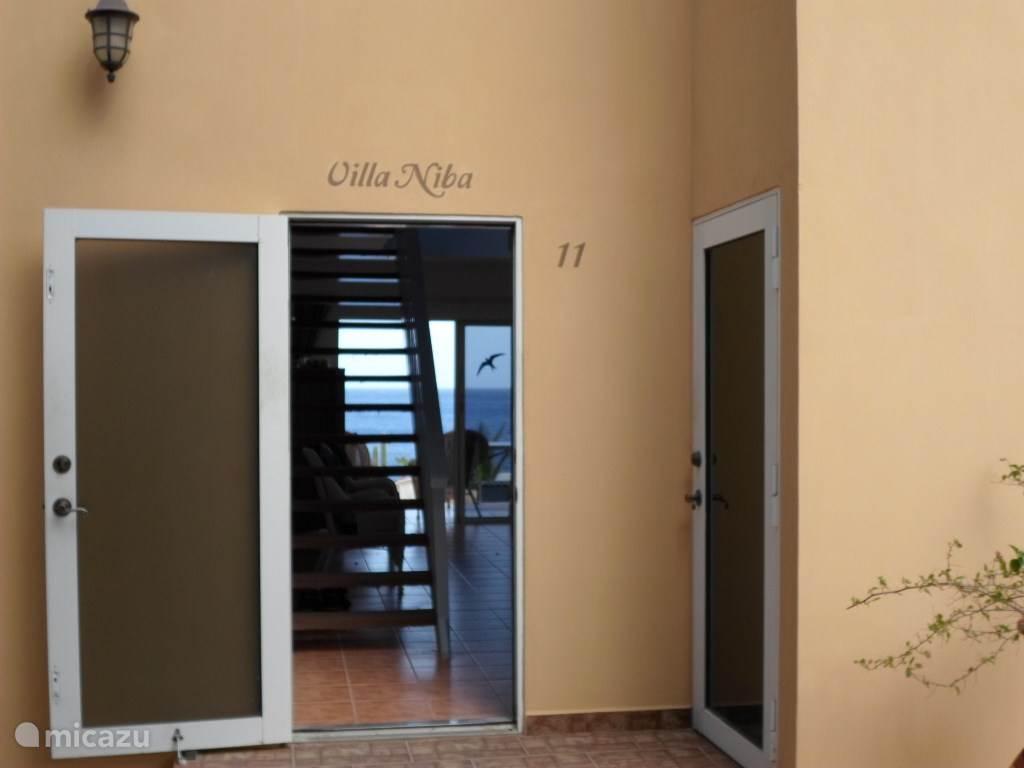 De ingang van Villa Niba