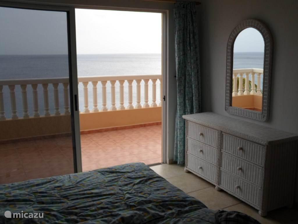 De slaapkamer boven met zonnig balkon