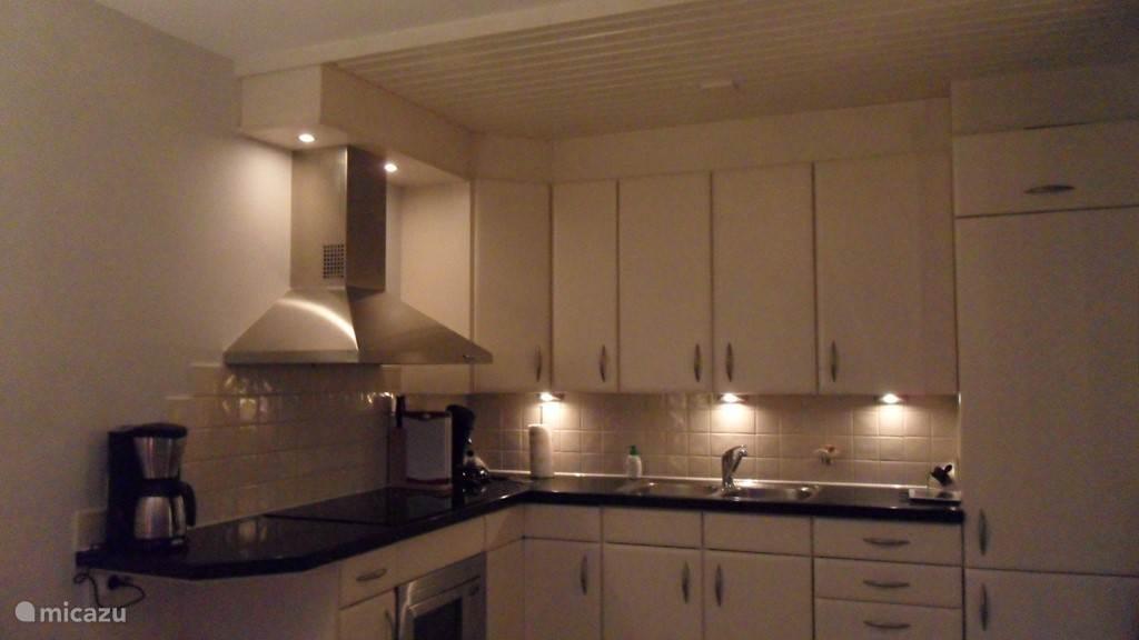Mooie praktische open keuken met bergkast, voorzien van koelkast, diepvriezer, vaatwasser, oven/gril, koffiezetter, waterkoker en senseo.