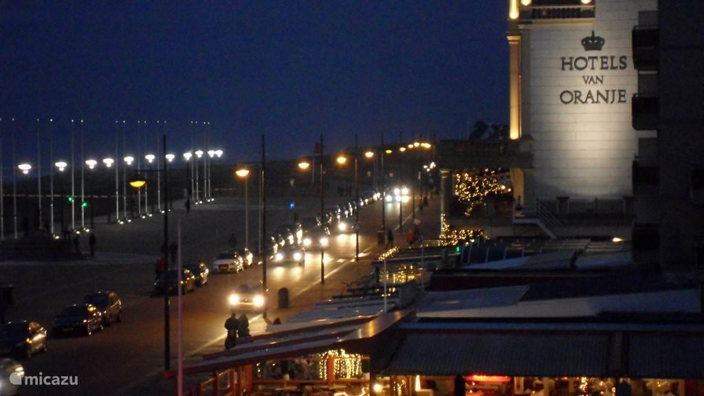 In de avond stroomt de boulevard vol met vakantiegangers die een hapje komen eten in één van de gezellige strandtentjes. Lekker genieten van de drukte en vakantiesferen.