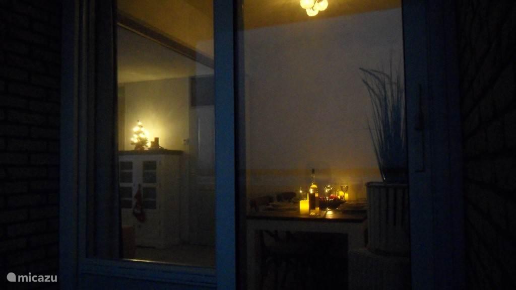 Sfeervol en romantisch avondje dineren met kaarslicht is zeker de moeite waard om je partner mee te verrassen.