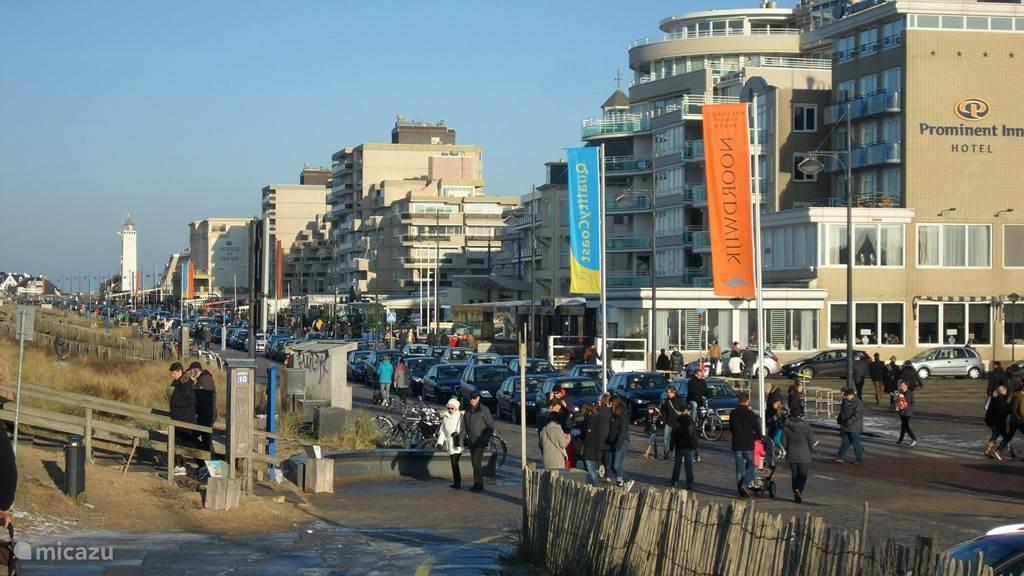 Mooi weer zorgt voor mensen langs de boulevard, gezellig druk.