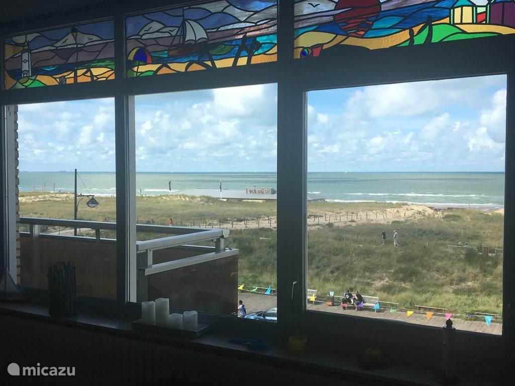 Schitterend uitzicht vanuit de woonkamer op het strand, de zee en de duinen.