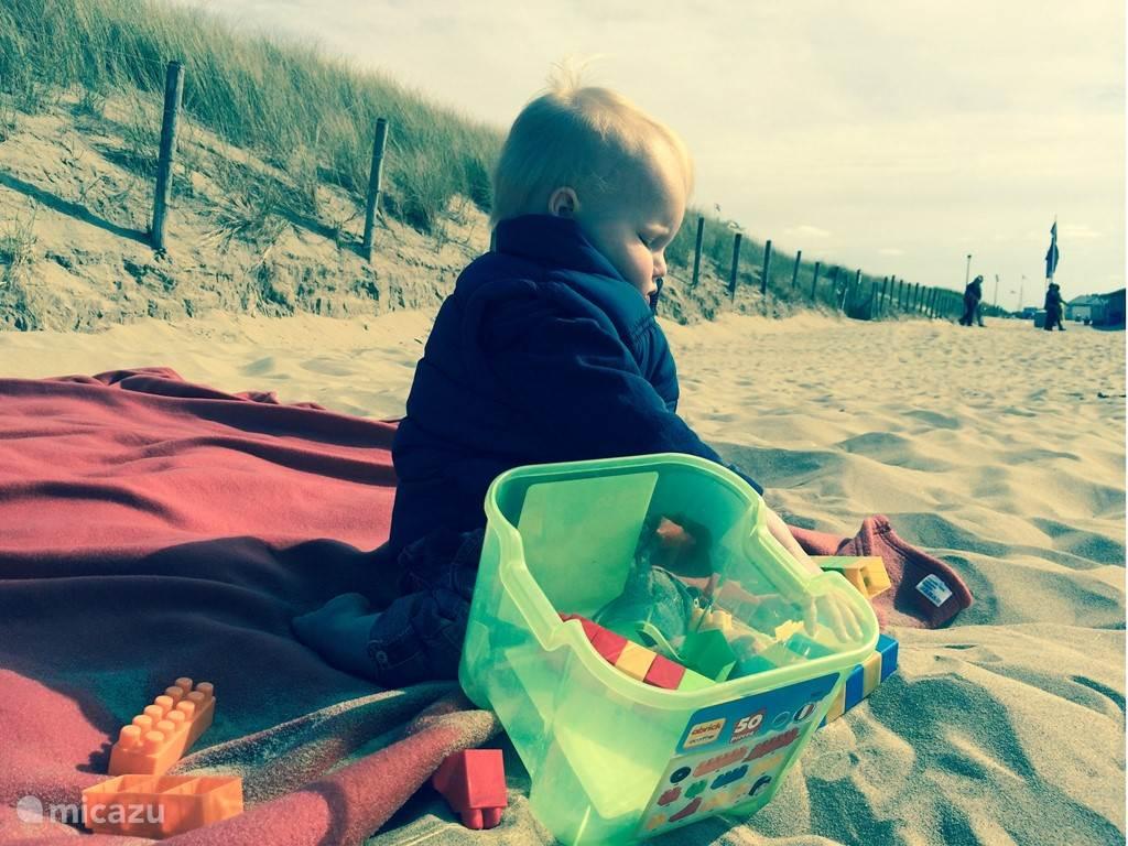 Heerlijk in de zon spelen op het strand in het zand, uw kind vermaakt zich helemaal.