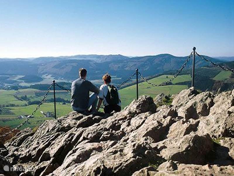 Het beklimmen van de Bruchhausen Steinen met mooie uitzichten is van huis uit te maken, Dit geldt ook voor de Rothaarsteig ( een soort van Pieterspad door het Rothaargebergte) en diverse goed bewijzerde wandelroutes.