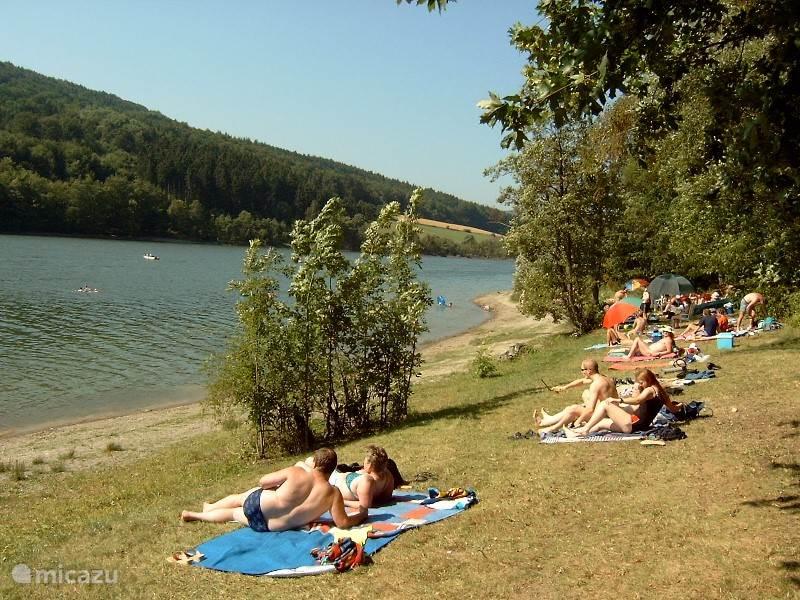 En is het in de zomer te heet om te wandelen dan bied het strandbad aan de Diemelsee een heerlijke verkoeling. De mooie ligging in het middelgebergte en het altijd heldere water geven u het heerlijk ontspannen vakantiegevoel. Ook is er de gelegenheid een elektrobootje te huren of een rondvaart te ma
