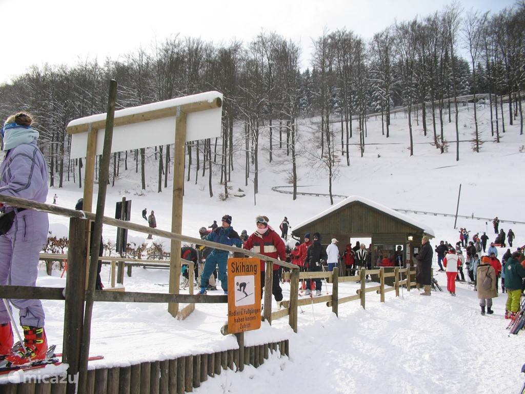The secret of Bruchhausen skiecentrum Sternrodt with its 1000 m 2. long tows and a slope of about 1300 it belongs to the longest of the Sauerland. Is it in Winterberg and Willingen pressure on the elevators, where you can park for free and there are rarely queues at the lifts.