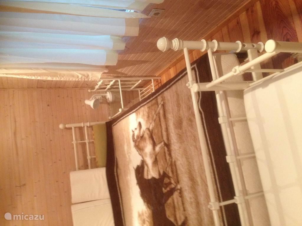 De slaapkamer met een tweepersoons bed.