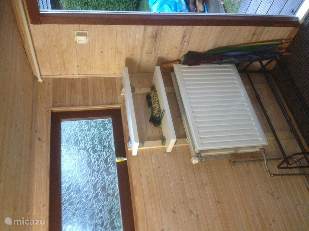 Ook de entre/hal is middels een radiator verwarmd, zodat schoenen en jassen kunnen drogen na een lekkere wandeling over de hei.