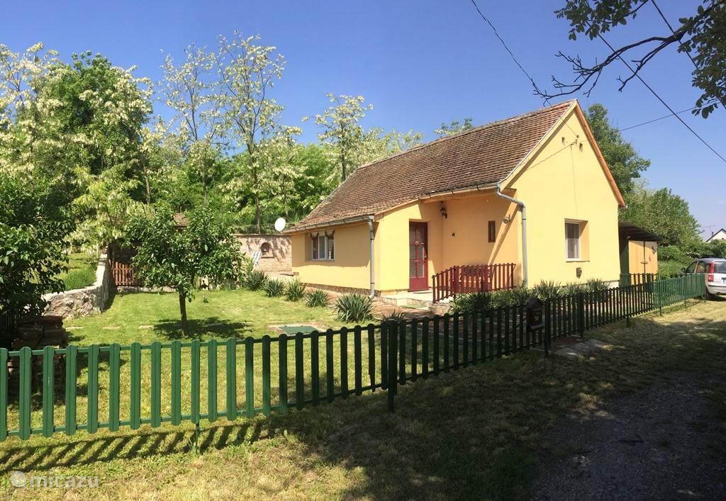 Vrijliggend vakantiehuis met lommerrijke tuin op het zuiden en schaduwpaviljoen