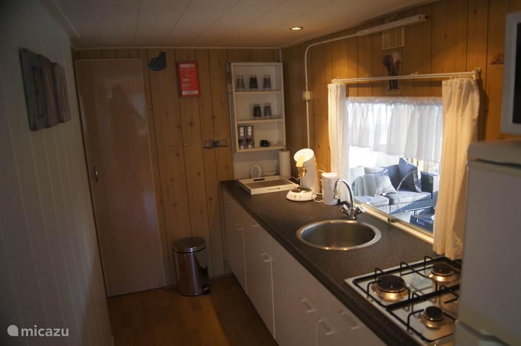 De nette keuken voorzien van complete keukeninventaris incl. magnetron en senseo.