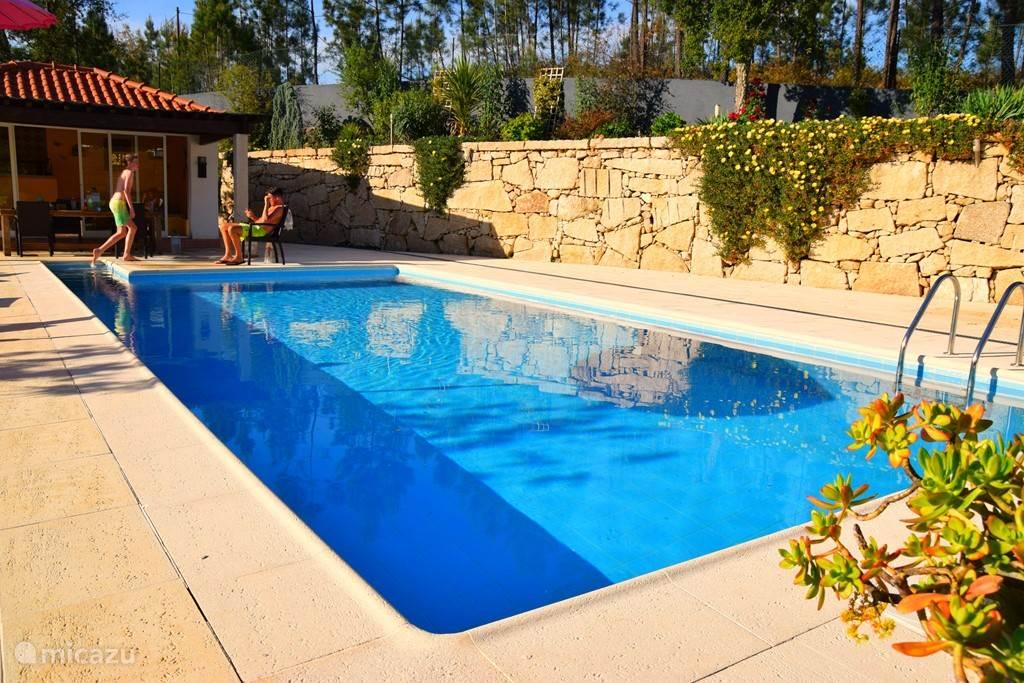 Verwarmd zwembad met barhuis