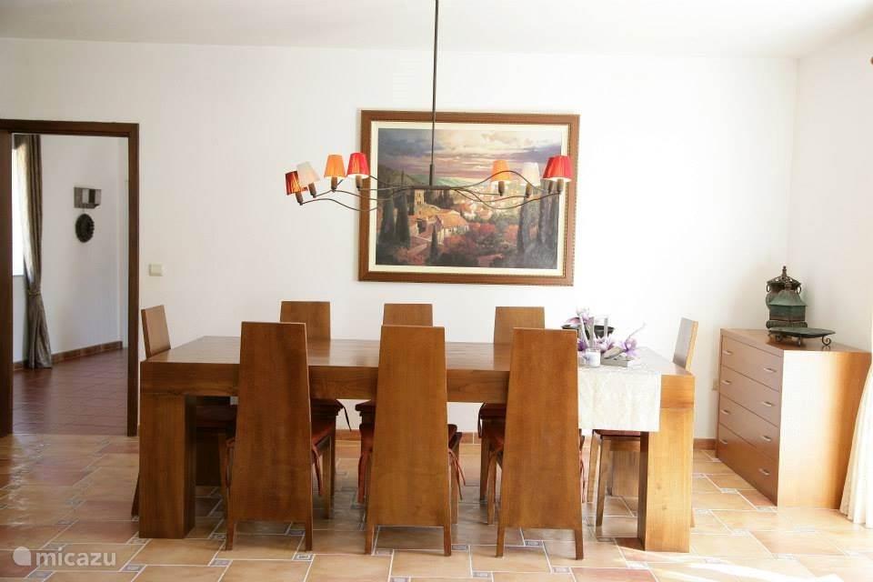 8 persoons eettafel in de woonkamer