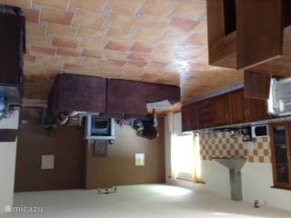 De woonkamer is 50 vierkantemeter groot