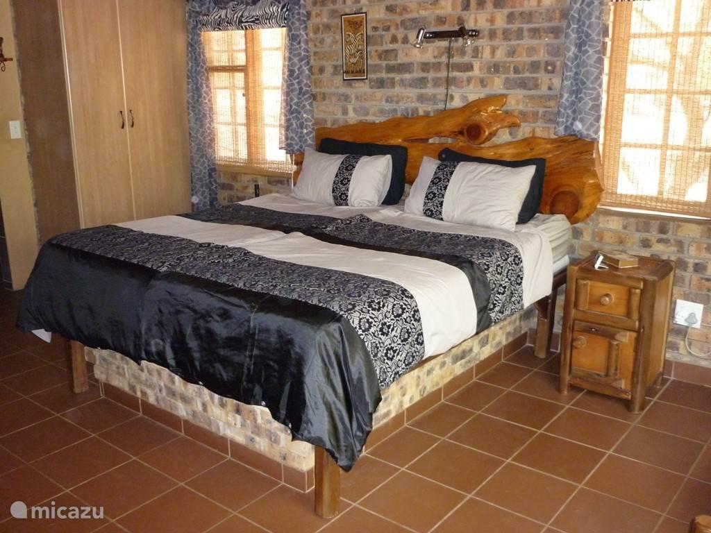 Ruime master bedroom met airco en ensuite badkamer en buiten douche.