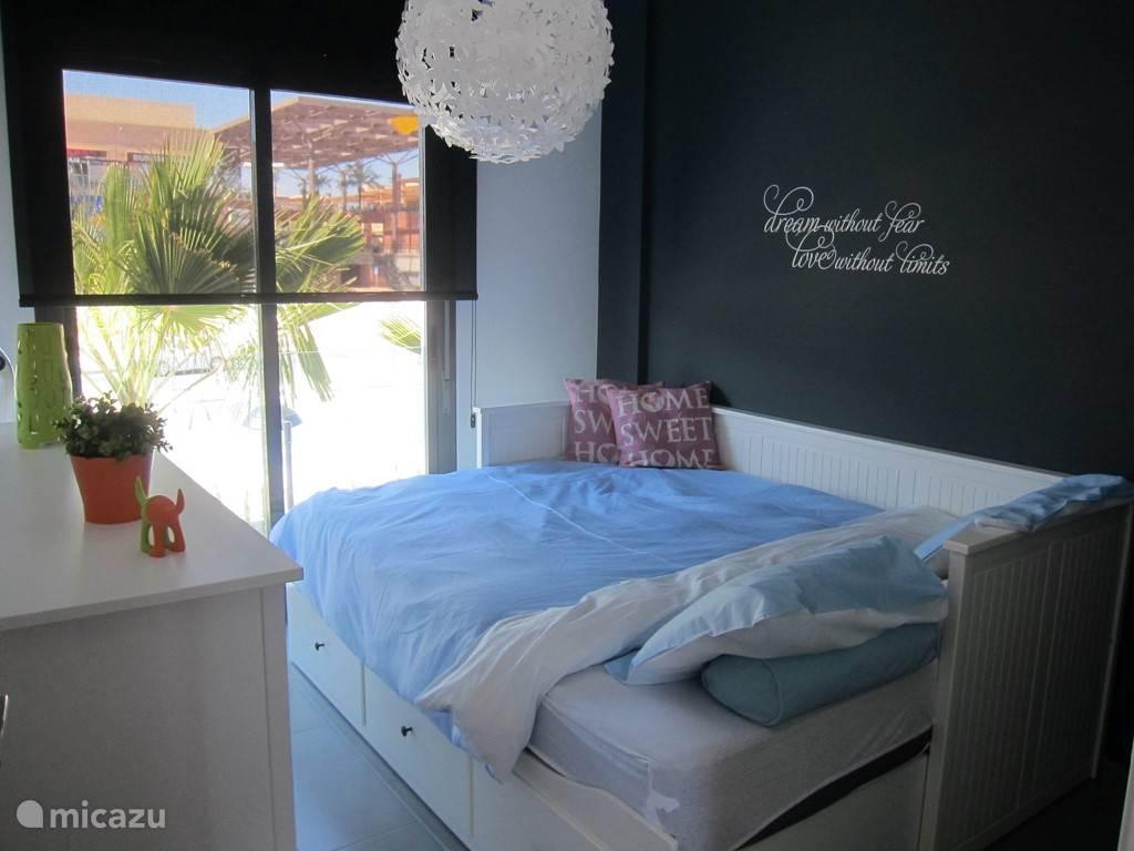 De slaapkamer met zicht op het grootste openlucht shoppingcenter van Spanje Zenia Boulevard.